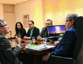 João Azevedo destaca potencialidades e equilíbrio fiscal da Paraíba em reunião com representantes da CEF