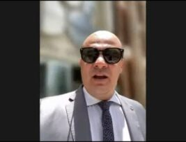 BARRADO NO BAILE: Cabo Gilberto tenta entrar na ALPB sem estar imunizado, é impedido por Galdino e protesta assistindo a sessão na praça João Pessoa