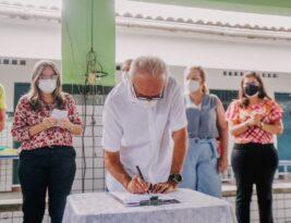 No Dia do Professor, prefeito Cícero Lucena autoriza reforma da 12ª escola e educadores ganham kindles