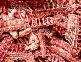 Carne de ossos': carcaça temperada, pé de galinha, pescoço e outros cortes de terceira também ficaram mais caros